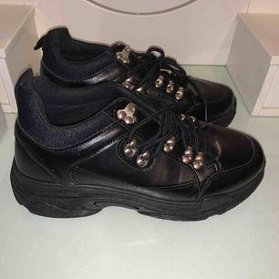 Svarta skor som ALDRIG använts, fick hem fel storlek så dem har bara varit i garderoben sen dess. Pris inkl frakt