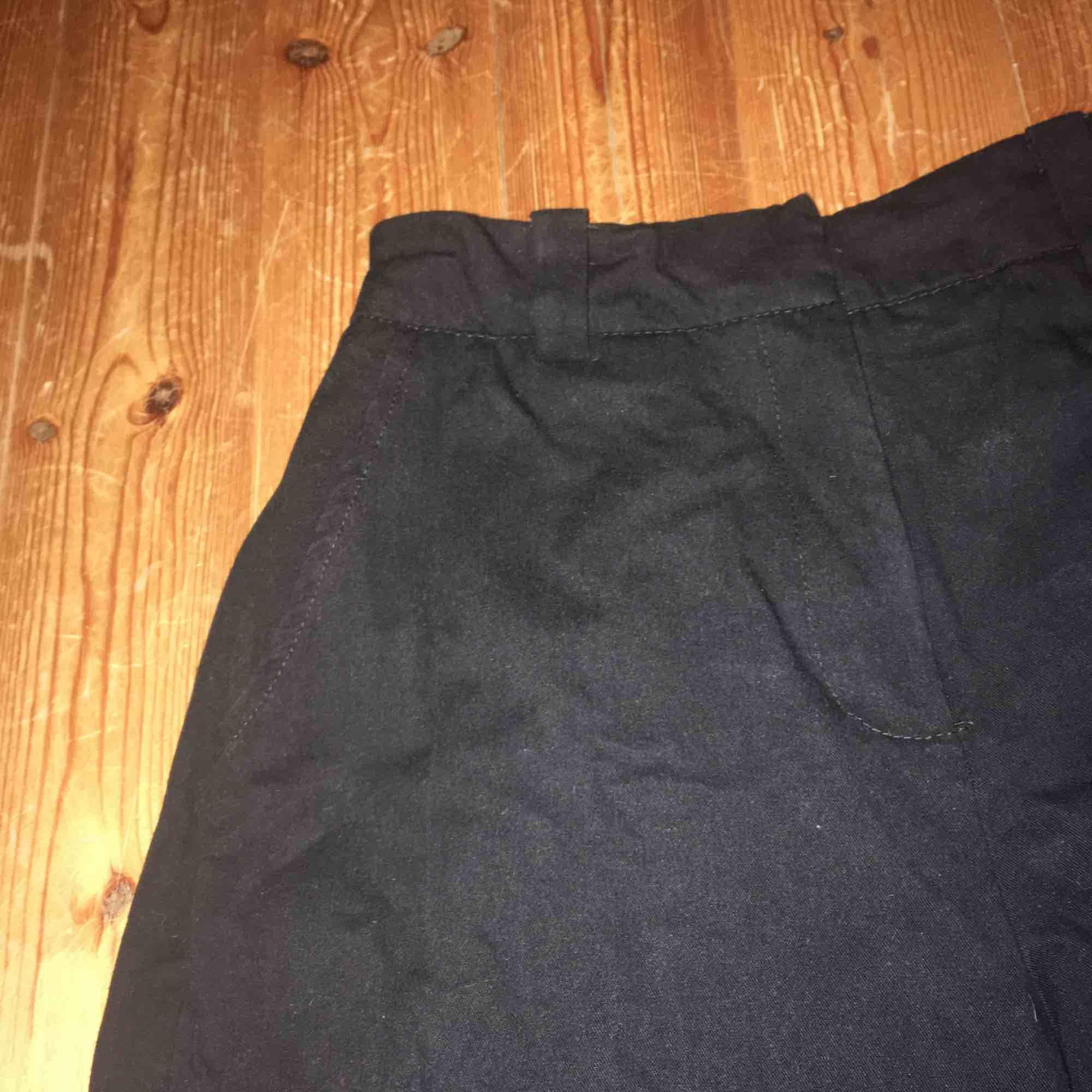 Svarta cargobyxor. Använd ett fåtal gånger. Jeans & Byxor.