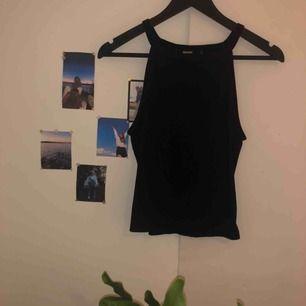 Gulligt svart linne från bikbok, köptes för ganska länge sedan men det är sparsamt använt, köparen står för frakten!!