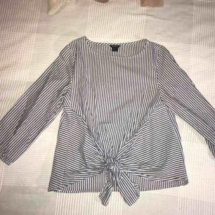 Blå/vit randig blus med knytning framtill, från Lindex. Använd fåtal gånger. ✨ köpare står för frakt.