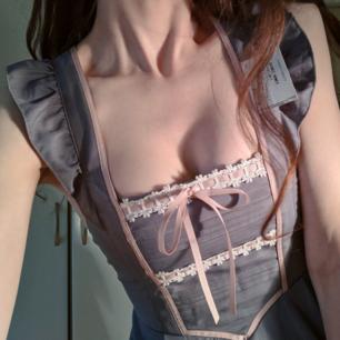 Så himla fin klänning. Köpt second hand i Tokyo och i väldigt fint skick. Dolt blixtlås bak och knappar för att reglera axelremmarna. Rosetten bak går att knäppa av och på.  ☁️🌸☁️🌸☁️🌸
