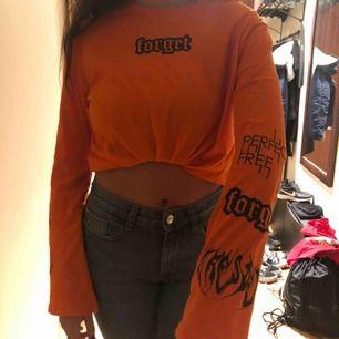 as cool orange tröja med tryck från h&m, står XS på den men är nästan lite stor på mig som är S, så skulle säga att den är mer ett S