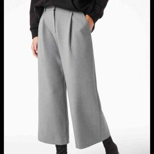 Gråa croppade kostymbyxor från Monki! Knappt använda. Dem är gjorda i nåt slags tjockt material vilket gör att dem känns väldigt lyxiga! Fråga gärna efter fler bilder <33
