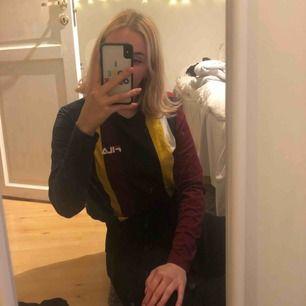 Riktigt cool retro Fila tröjan köpt på Urban outfitters i Danmark men blev inte använd lika mycket som tänkt:/  Frakt tillkommer 💜