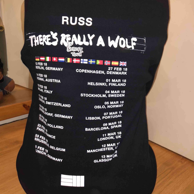merch från Russ konsert 2018, jätte mysig och skön men använder tyvärr aldrig längre 💞. Huvtröjor & Träningströjor.