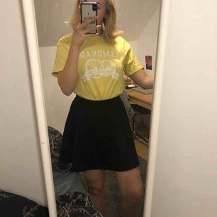 Supersöt ribbad kjol från HM som inte används så mycket som den borde!! Jag är 1.79 så ni kan se längden på bilderna!  Frakt tillkommer ✨✨