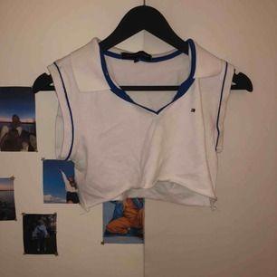 Klippt Tommy hilfiger tröja från Humana Secondhand,  tröjan var köpt klippt.  Frakt tillkommer och priset kan diskuteras beroende på hur mycket frakten kostar 💕