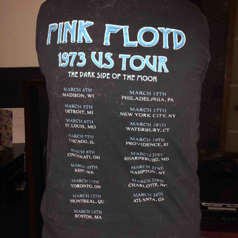 grå t-shirt med pink floyd tryck, köpt i london. den är ej urtvättad eller använd mycket utan motivet på tröjan är så :D. Skjortor.