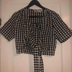 Jöttesöt tröja från NA-KD med ett fint knyte på sidan, köptes på NA-KD outlet i Göteborg för någon månad sen men kommer inte till användning då den är lite liten, så den är i nyskick och använd endast 1 gång!! Frakt betalas av köparen!! :))