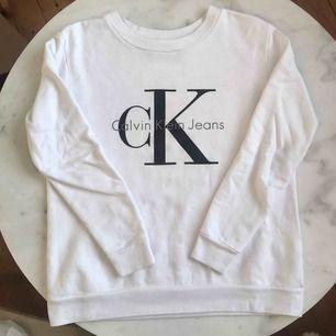Äkta Calvin Klein-sweatshirt. Köpt för 2,5 år sedan, men knappt använd eftersom jag bytt stil. Nypris är 1200kr. Superskön. Strl är XS men den är oversized så passar XS-M beroende på hur man vill att den ska sitta. Skick 10/10. Tillkommer frakt på 79 kr.