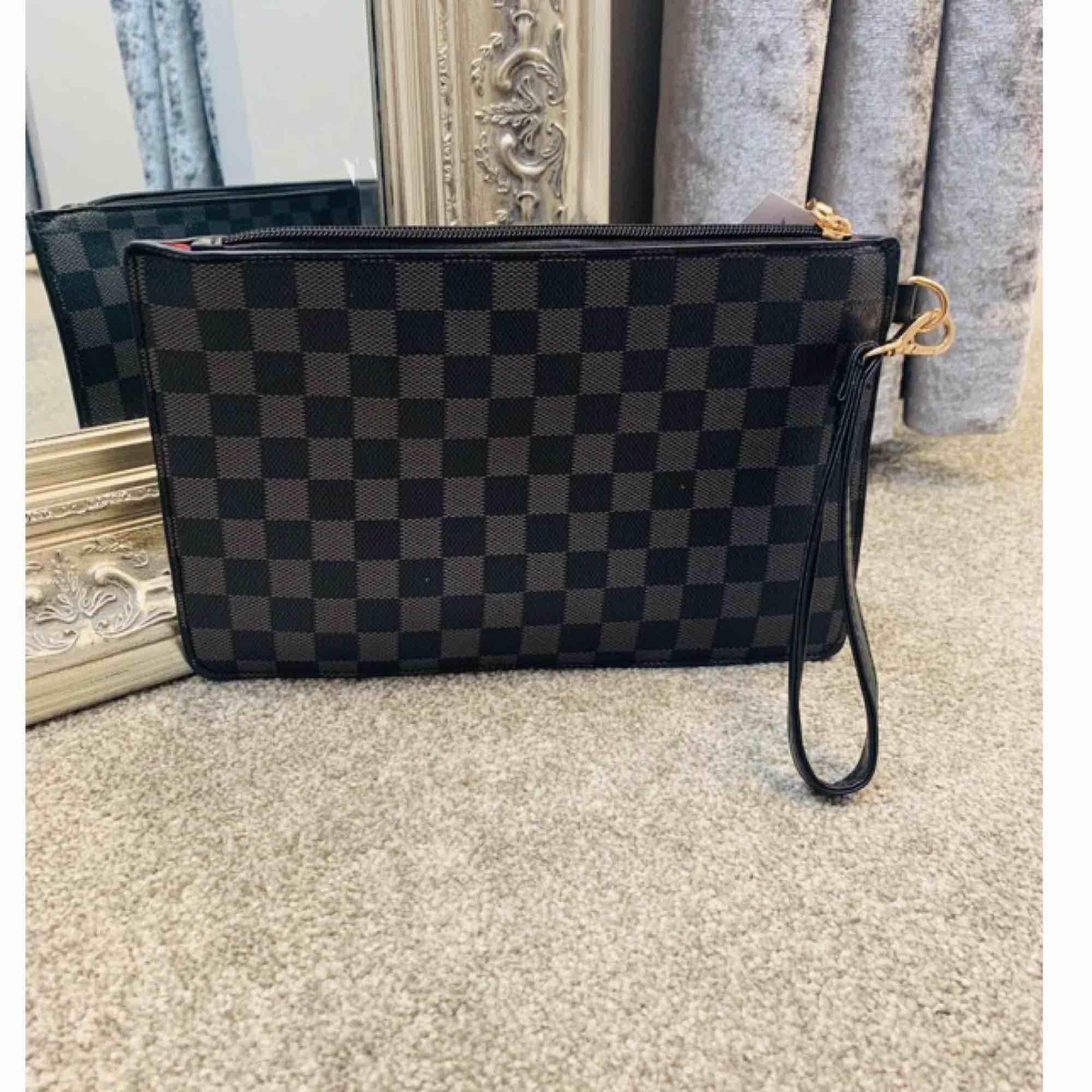 Säljer as snygga Louis Vuitton clutch bag (kopior). Har även andra märken. Finns även fler färger. Väskor.