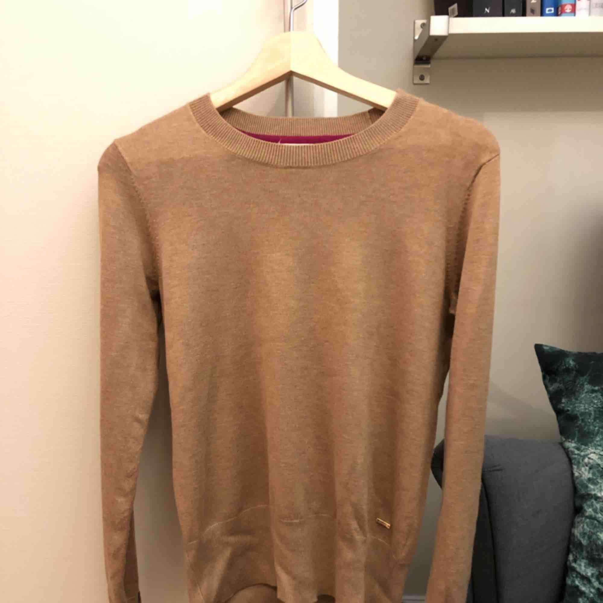 Beige tröja från Lindex i toppenskick.  Fraktkostnad tillkommer. Tröjor & Koftor.