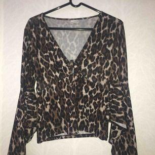 Snygg leopard tröja med urringning + vida armar