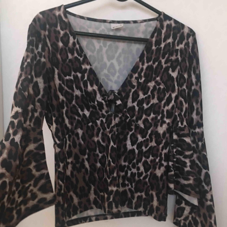 Snygg leopard tröja med urringning + vida armar . Tröjor & Koftor.