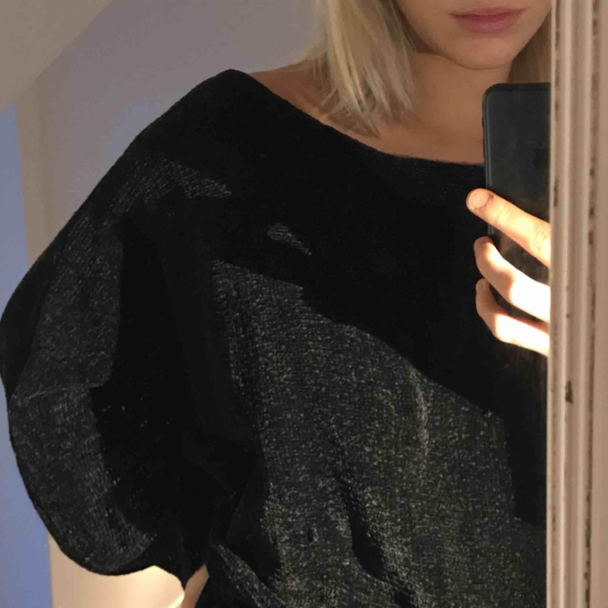 Stickad tröja i jättemysigt och mjukt material. Lite lös och oversized i modellen🖤. Stickat.