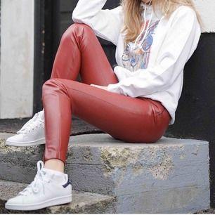 (lånad bild) säljer dessa röda skinnbyxor som var väldigt inne ett tag från Zara. Dom är precis likadana & i nyskick!
