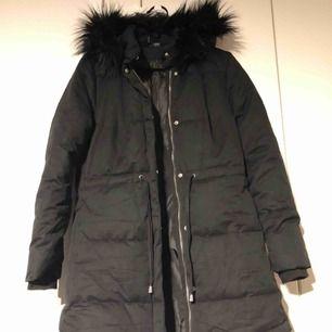 H&M jacka med fuskpäls på huvan. Storleken är 38 men passar både en small/medium. Köparen står för frakten.