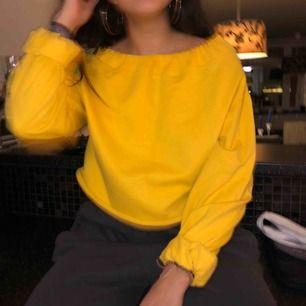 färgen är lite mer senapsgul irl, fin mysig tröja köpt i london!