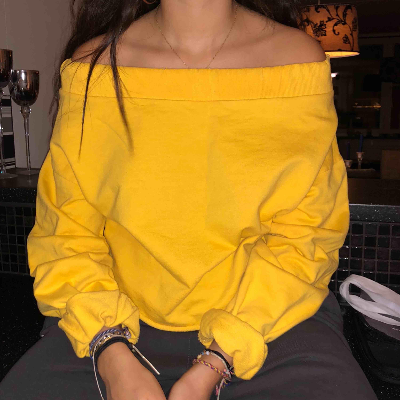 färgen är lite mer senapsgul irl, fin mysig tröja köpt i london! väldigt fin till både höst och vår! :D . Skjortor.