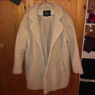 """Teddyjacka använd en vinter säsong, lite svart """"avfärgning"""" på insidan av jackan, de syns inte om man har på sig den och syns knappt annars heller, det är Iaf från svarta leggings jag då haft på mig under jackan"""