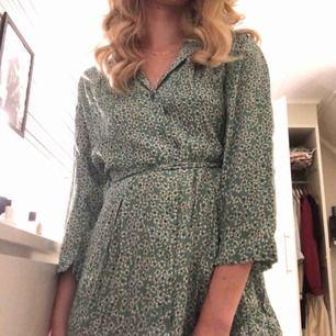 Superfin grön-blommig klänning från Lindex. Fraktkostnad tillkommer