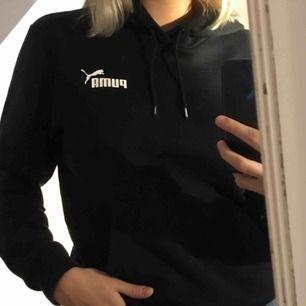 Varm & mysig hoodie från Puma. Är en XS herrstorlek, men skulle säga att den passar en S/M i damstorlek. Knappt använd. Köpare står för frakt, kan även mötas upp runt Göteborg 💞💞