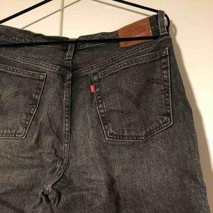 Levis 501:or i storlek 29/32 men de är för stora för mig. Köpte de här på plick av en chansning. Köparen står för frakten.