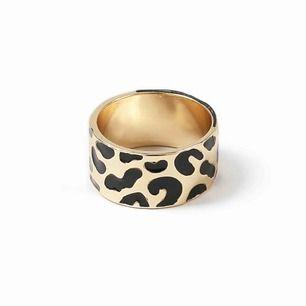 Söker denna ring från Ginatricot