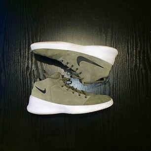 Nike Hyperfresh Olive Green. Säljes pga att jag aldrig använder dom. Använda max en handfull gånger. Storlek 44.5. Skick 8 / 10. Ord pris: 1099kr.