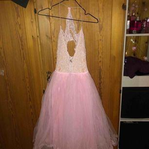 """Man kan säga """"prinsessklänning"""". En puffig rosa klänning med spets som överdel, öppen i ryggen!"""