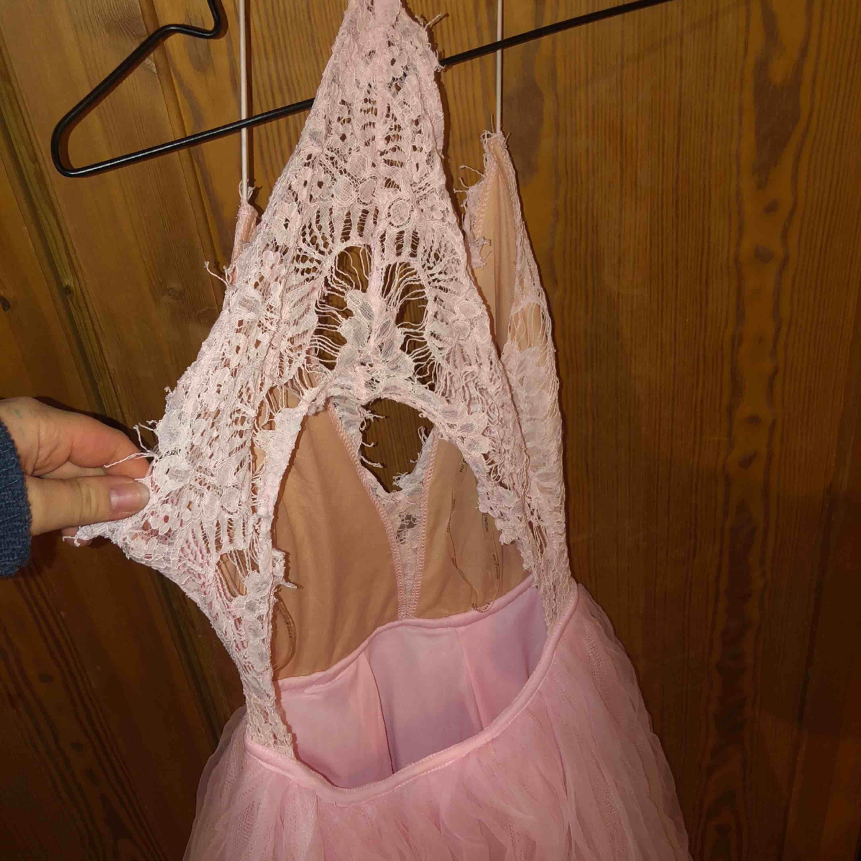 """Man kan säga """"prinsessklänning"""". En puffig rosa klänning med spets som överdel, öppen i ryggen!. Klänningar."""