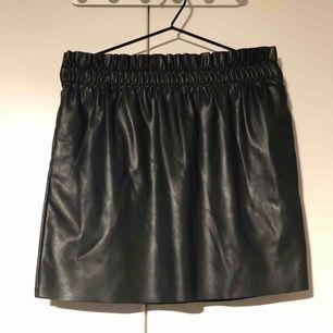 Kjol i pu-läder från H&M. Finns även fickor. Köparen står för frakten.