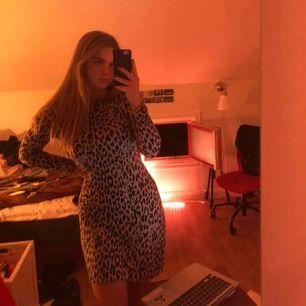 fin leopardmönstrad klänning från gina! frakt ingår