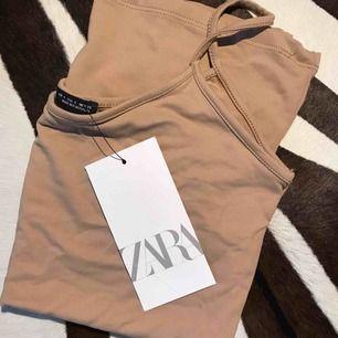 Oanvänt linne från Zara i strechigt material. Köpare står för frakt🥰