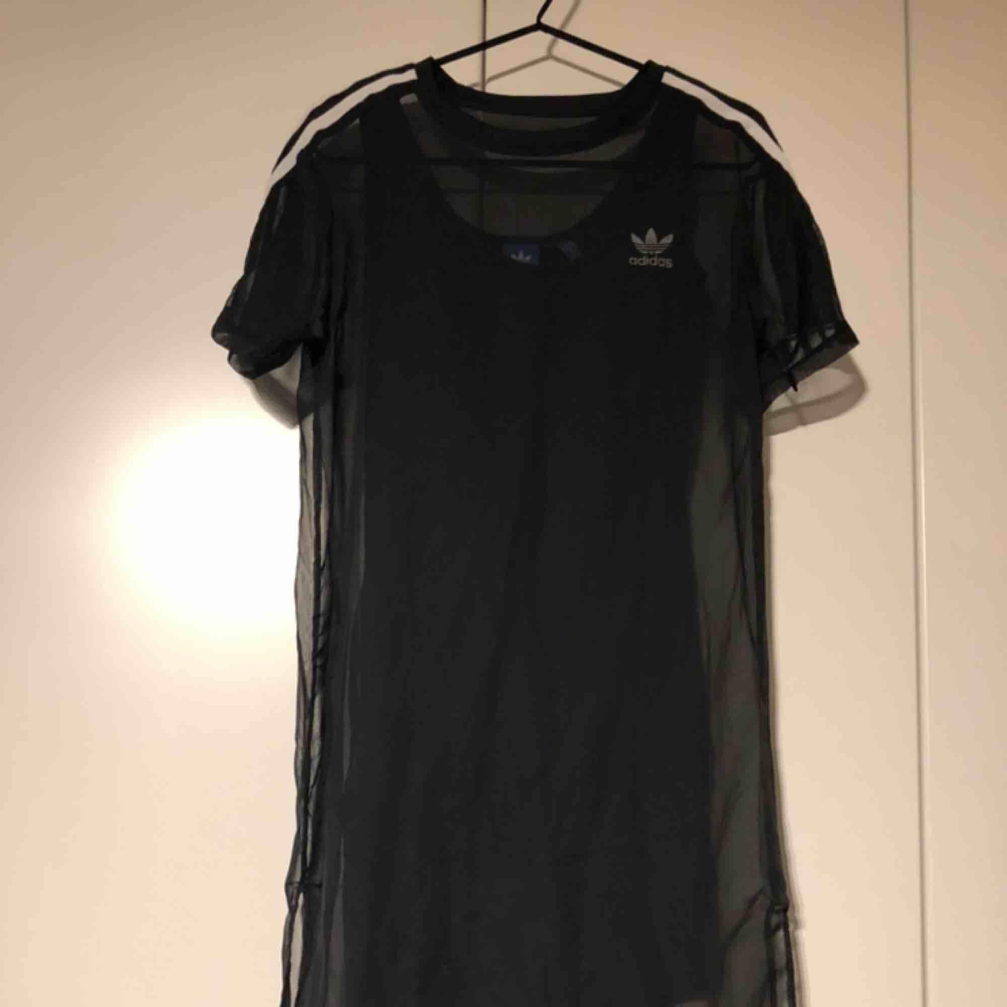 Tyllklänning med en innerklänning av adidas originals.  Köparen står för frakten.. Klänningar.
