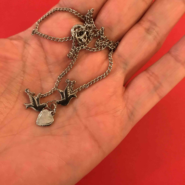 Halsband med fåglar och en hjärta  , pris inkl frakten . Accessoarer.