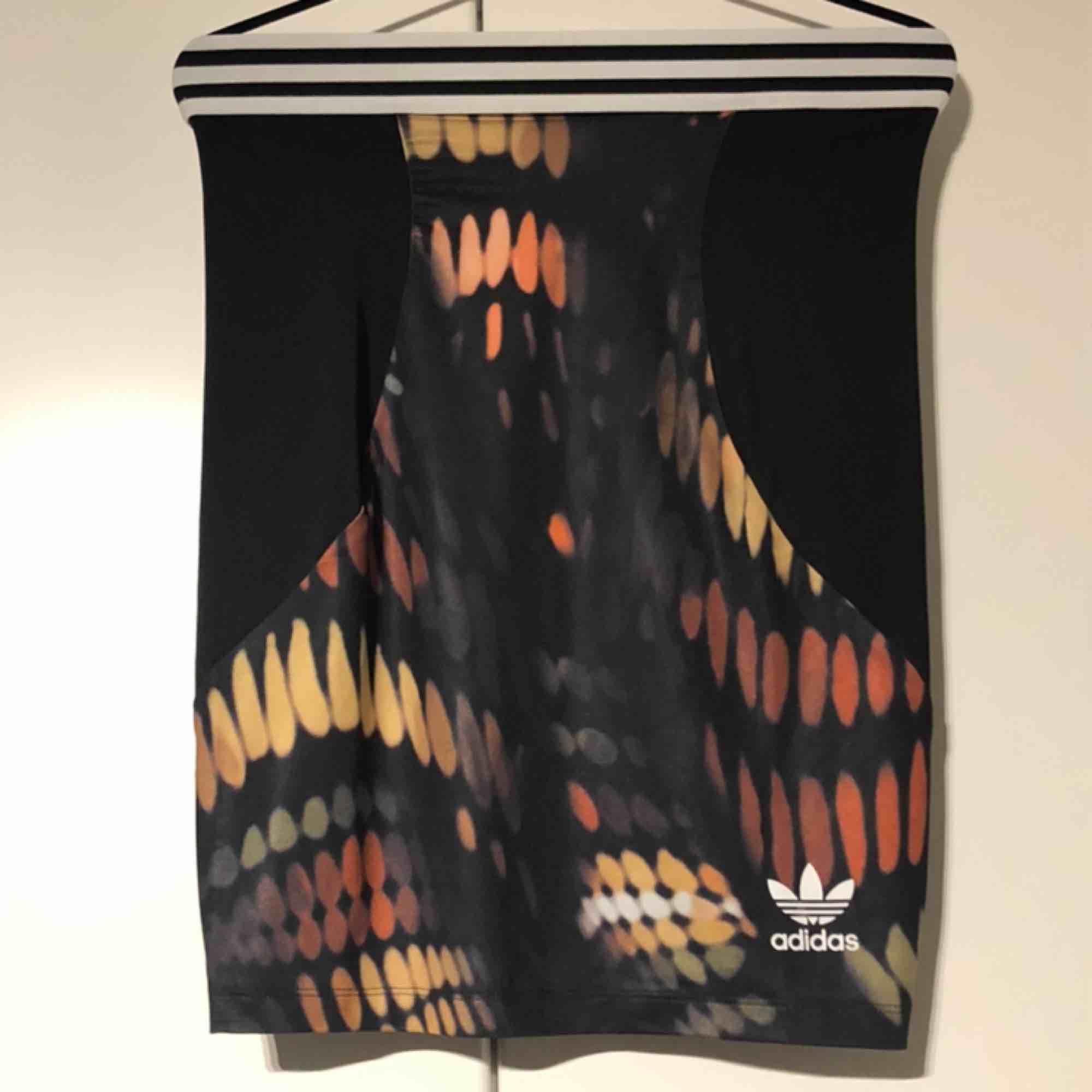 Adidas originals kjol. Storlek small. Köparen står för frakten.. Kjolar.