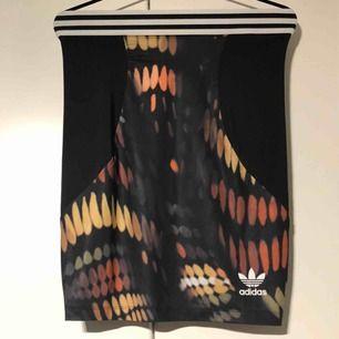 Adidas originals kjol. Storlek small. Köparen står för frakten.