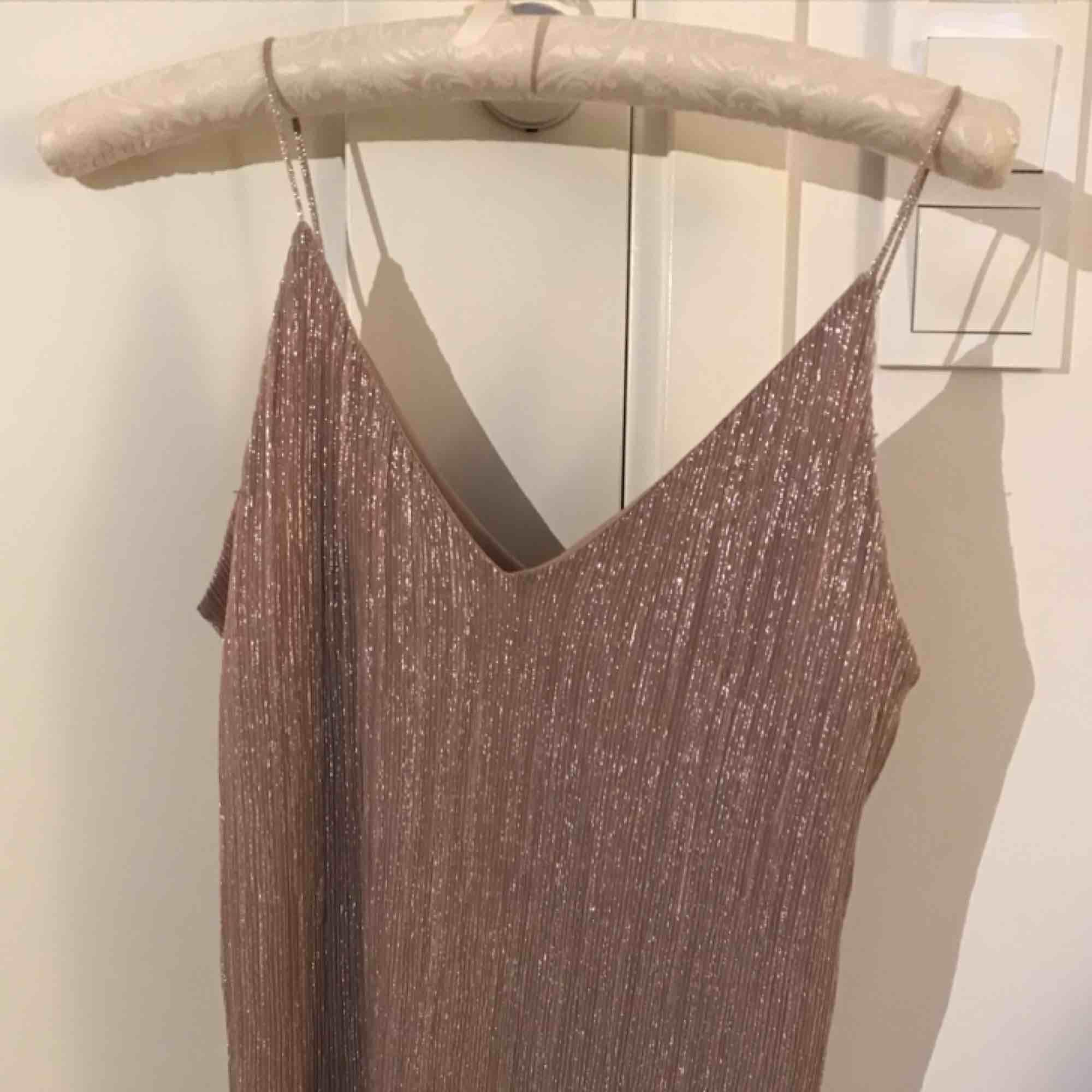 Beige/rosa linne med glitter från Gina, knappt använt. Perfekt till jul/nyår. 💞. Toppar.
