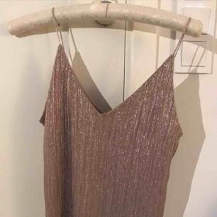 Beige/rosa linne med glitter från Gina, knappt använt. Perfekt till jul/nyår. 💞