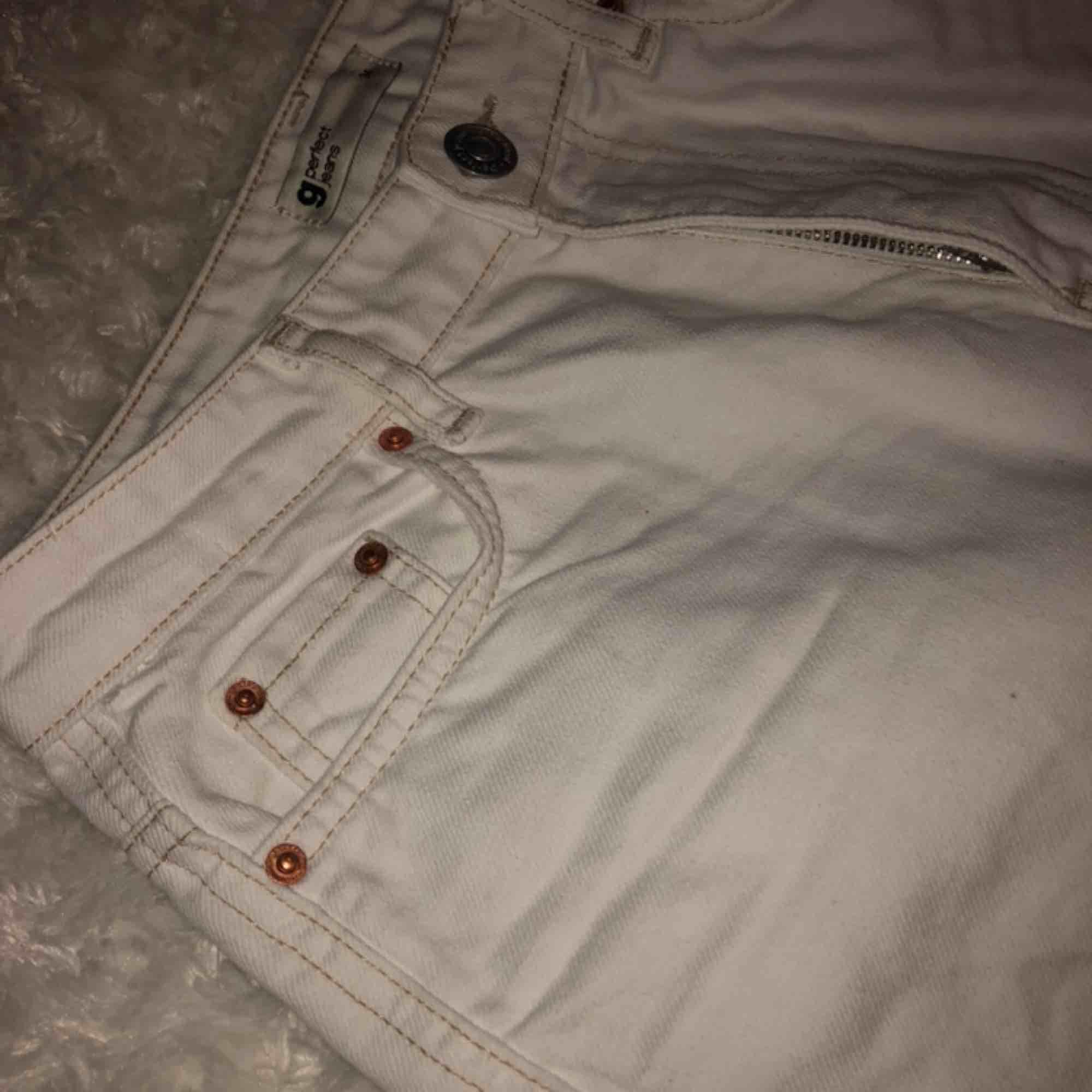 Ett par vita jeans med en brun söm!!!! Säljer pga för små i storleken  Använt 1 gång Nypris 499kr . Jeans & Byxor.