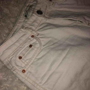 Ett par vita jeans med en brun söm!!!! Säljer pga för små i storleken  Använt 1 gång Nypris 499kr