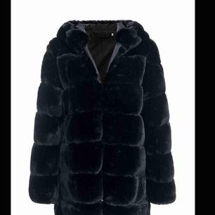 Fake pälsjacka med luva! Varm och skön nu till vintern, Ny pris 1500. Kan mötas upp i Malmö eller fraktas, köparen står för frakten. Pris kan diskuteras vid snabbt köp