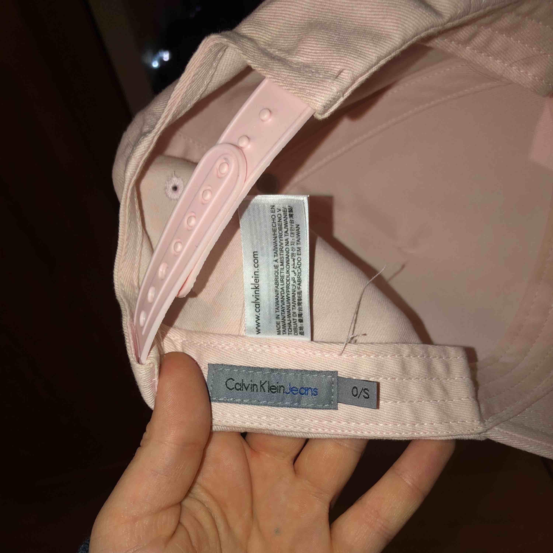 En rosa keps från Calvin Klein, storlek S, använt några gånger, inte mycket köpte för 499. Accessoarer.