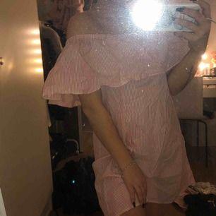 Off-shoulder klänning  Aldrig använd