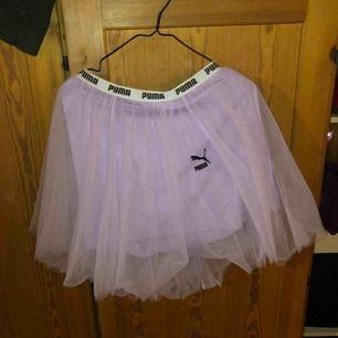 Lila puffig kjol från puma storlek L, aldrig använt säljer för den e för stor!
