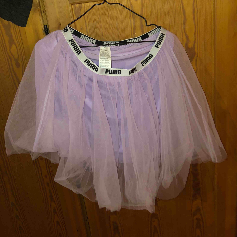 Lila puffig kjol från puma storlek L, aldrig använt säljer för den e för stor!. Kjolar.
