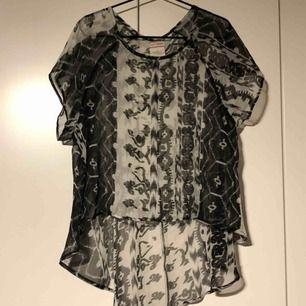 Blus/topp i transparent mönster. Köpt på nelly. Köparen står för frakten.
