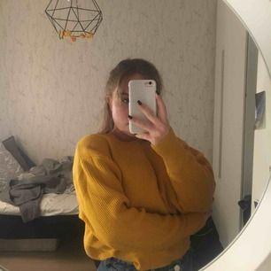 En gul stickad tröja från Zara! Använd 1 gång så är som ny och den är EXTREMT skön. Köparen står för frakten