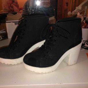 Klackskor från H&M i storlek 41, skulle tro att de som vinterunderlag på skorna, använt två gånger